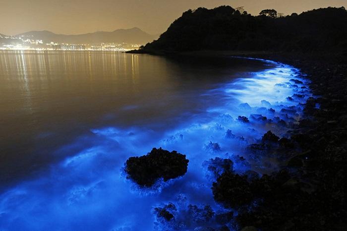 Мерцание воды вдоль береговой линии Гонконга.