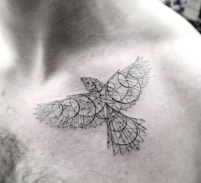 Птица, нарисованная на груди с помощью точек, стрел и геометрических фигур.