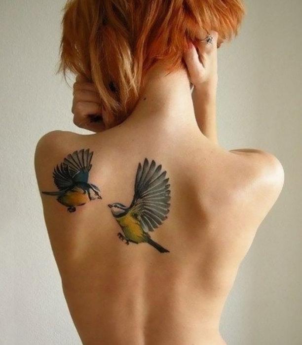 Птицы, парящие на спине у женщины, ведут любовную игру.