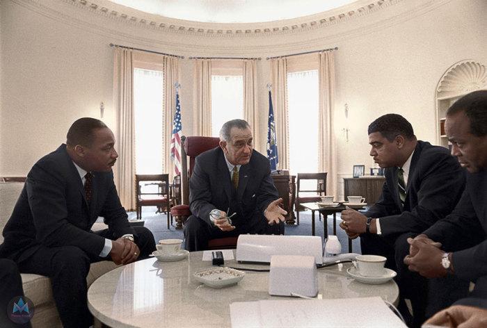 Мартин Лютер Кинг-мл., президент Линдон Б. Джонсон, Уитни Янг, Джеймс Фармер во время совещания по вопросам гражданских прав, в Овальном кабинете Белого дома, 18 января 1964 года, в Вашингтоне.