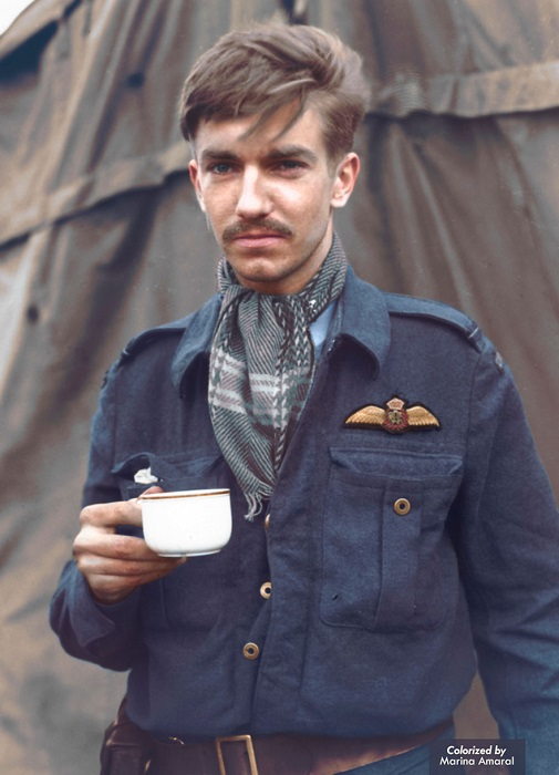 Солдат за чашечкой чая.