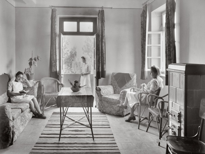 Медсестры проводят свободное время в гостиной.