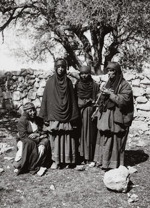 Длинное черное платье «мадрага» и  «усаба», для покрытия головы, - обязательные составляющие традиционной одежды.