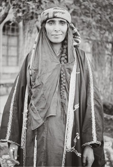Сельские женщины заматывали голову платками из плотной ткани, оставляя на виду заплетенные косы.
