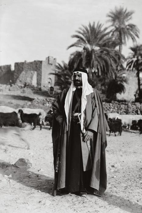 Темная одежда отражала как социальный, так и религиозный статус.