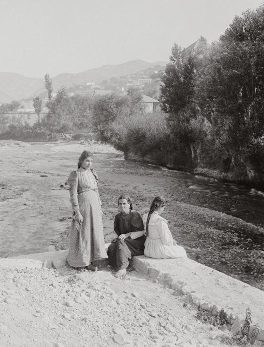 Вдоль берега реки, стекающей со склонов горы Санин, расположен город Захле - один из центров интеллектуальной и культурной жизни Ливана.