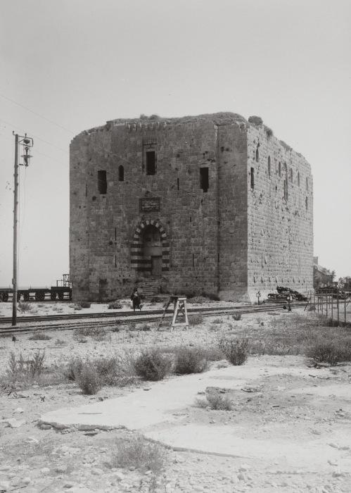 Львиная башня получила свое название из-за львов, вырезанных на барельефе, который когда-то располагался над входом в башню.