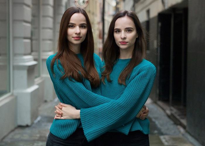 Портрет прекрасных сестер стал первым снимком из серии «Alike But Not Alike» в 2018 году.