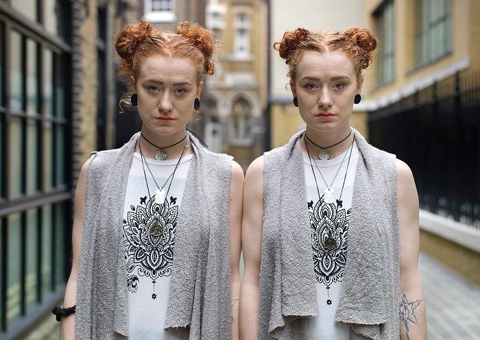 Внимательно рассматривая работы британского фотографа можно заметить мелкие различия между близнецами.