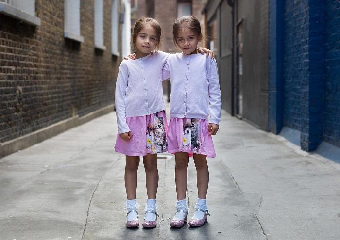 Обычно, близнецы одеваются одинаково, чтобы подчеркнуть свое единство.