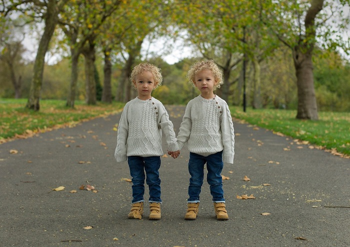 Талантливому фотографу удается уловить тонкие вариации выражений и чувств, которые проявляют близнецы.