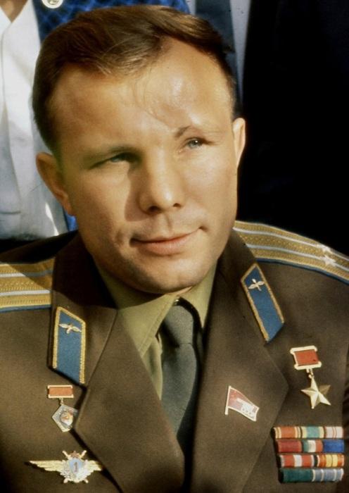 Космонавт, который первый в мире побывал в космосе, русский летчик-испытатель.