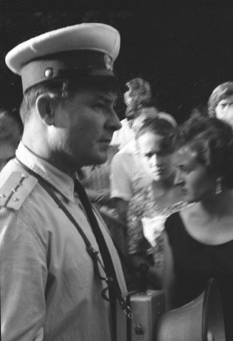 Милиционер, охраняющий порядок в обществе, 1963 год.