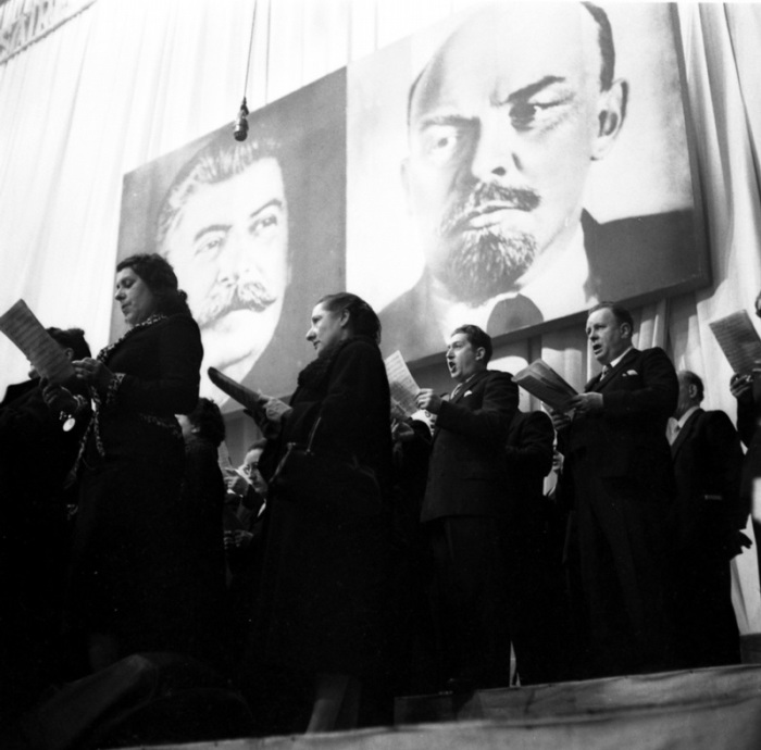 Исполнение патриотических песен в честь годовщины Октября, 1955 год.