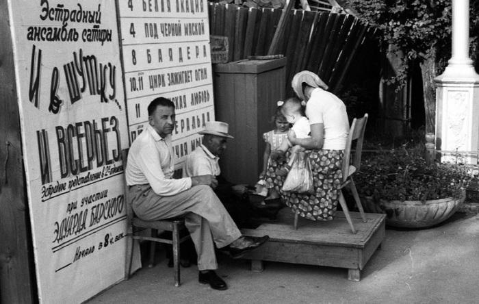 Прекрасное место для работы рядом с афишами, 1963 год.