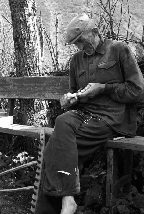 Пожилой мужчина чинит грабли, 1963 год.