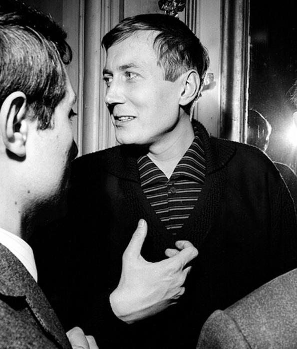 Знаменитый советский поэт на пресс-конференции в отеле д,Орси, Париж, 1963 год.