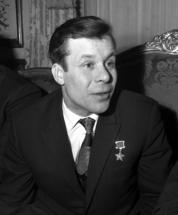Космонавт Хрунов с визитом в советском посольстве в Париже, 1972 год.
