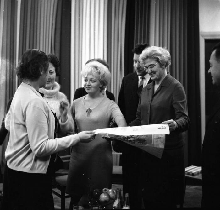 Рабочие текстильного завода в Минске обсуждают новые модели, 1967 года.