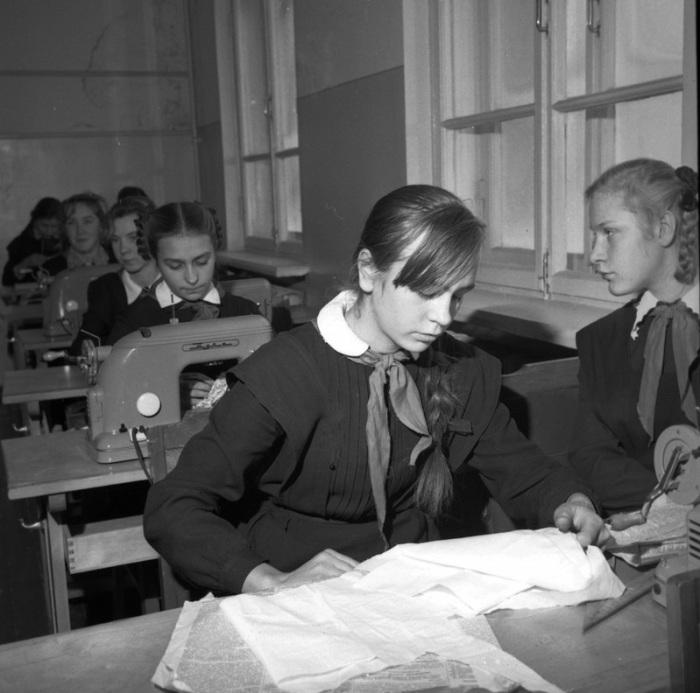 На уроках труда в школе, 1969 год.