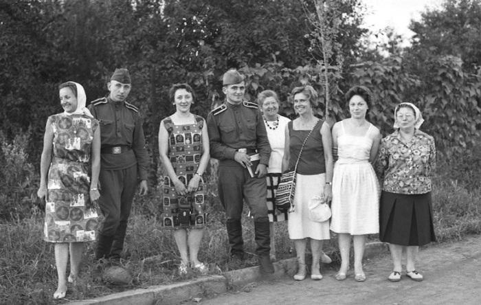 Французские туристки позируют на камеру с солдатами, 1963 год.