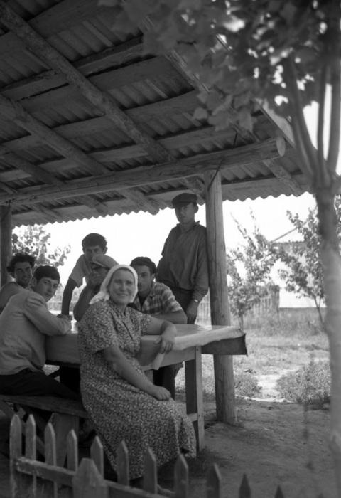 Уставшие колхозники после трудового дня, 1963 год.