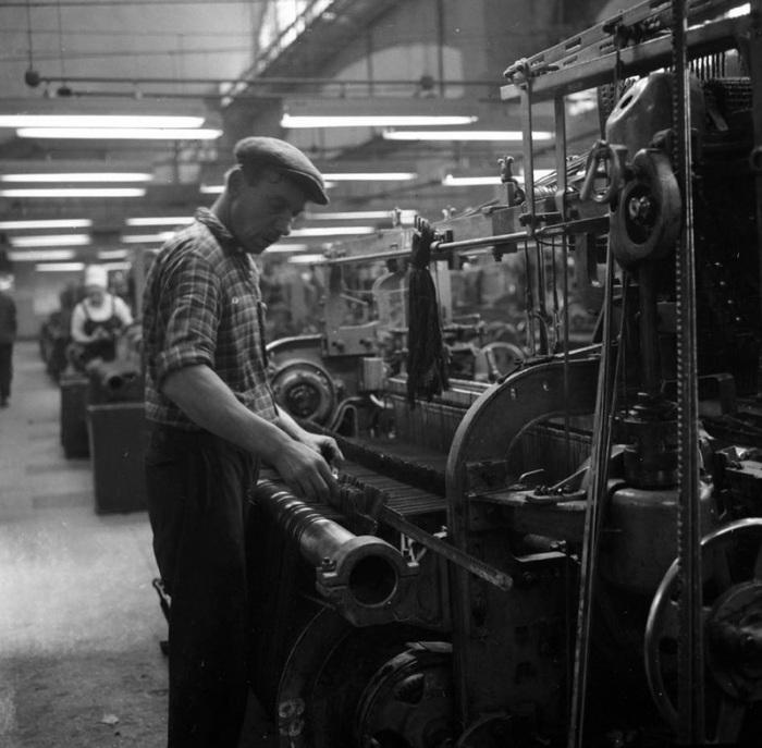 Мужчина на текстильном комбинате в Минске производит наладку оборудования, 1967 год.