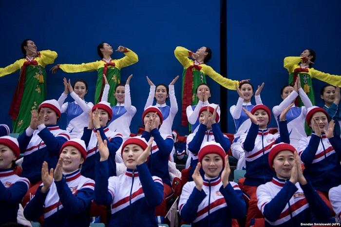 Северокорейские болельщицы танцуют на матче по хоккею между женскими сборными объединенной Кореи и Японии.