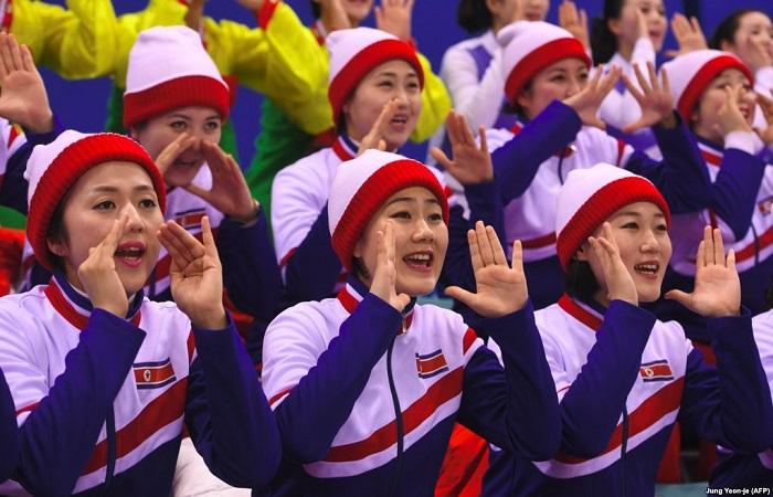У болельщиц из КНДР много кричалок, среди них – «Мы едины» и «Объедините родину».