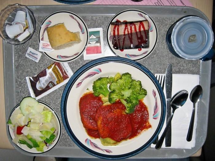 Равиоли со шпинатом и рикоттой, брокколи, салат, хлеб и шоколадный мусс.