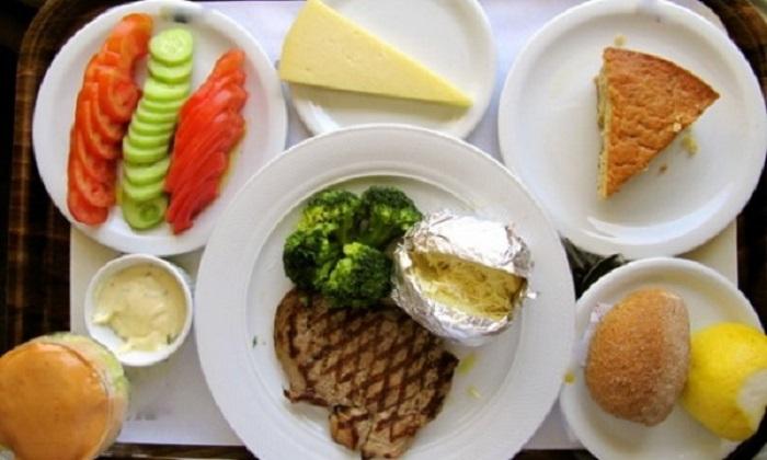 Стейк, брокколи, картофель, запеченный с сыром, овощи, сыр и кекс.