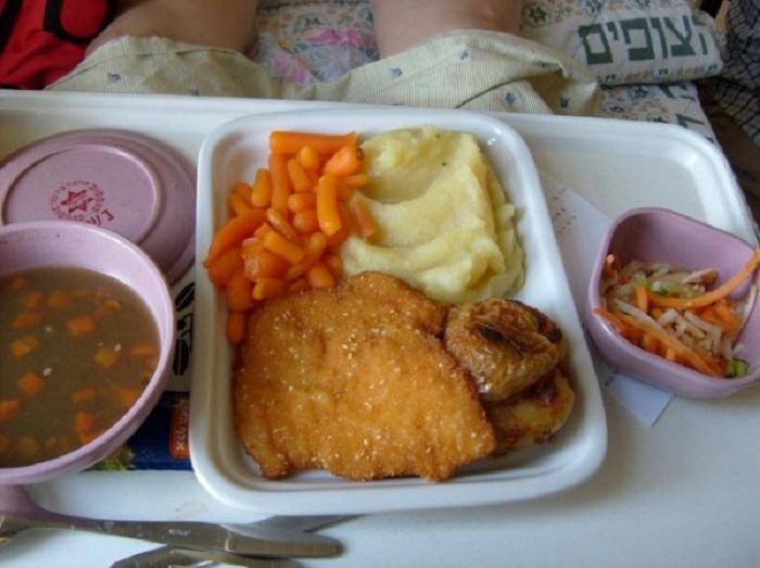 Чечевичный суп, картофельное пюре, тушеная морковь, салат, шницель.