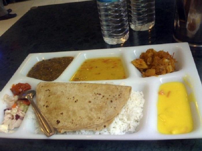 Рис, чапати, карри и салат.