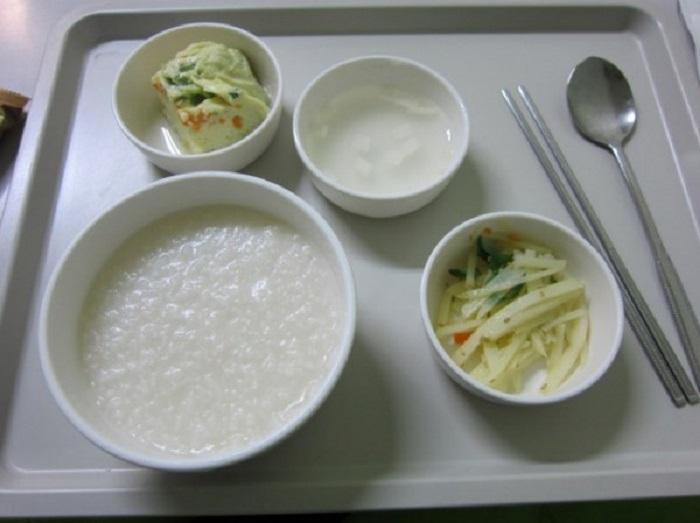 Овсяная каша, салат, омлет и суп.