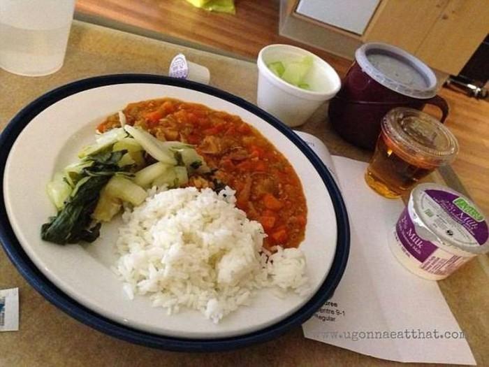 Свинина в кисло-сладком соусе, рис, китайская капуста и медовая дыня.