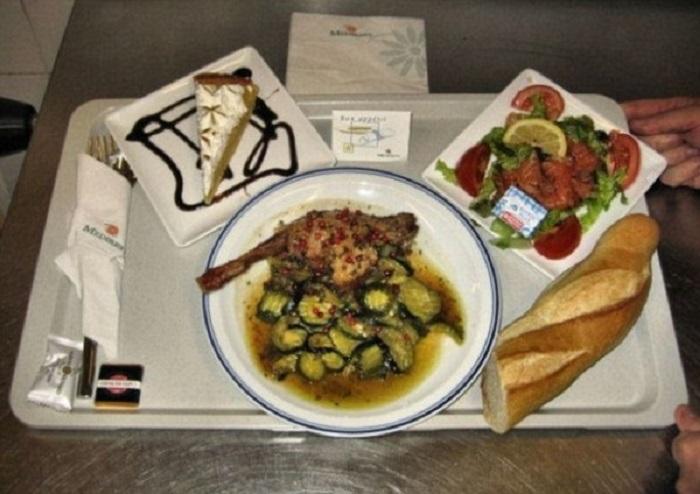 Одна из парижских клиник предлагает пациентам салат с рыбой, жареную курицу с кабачками, фирменный багет и кусок пирога на десерт.