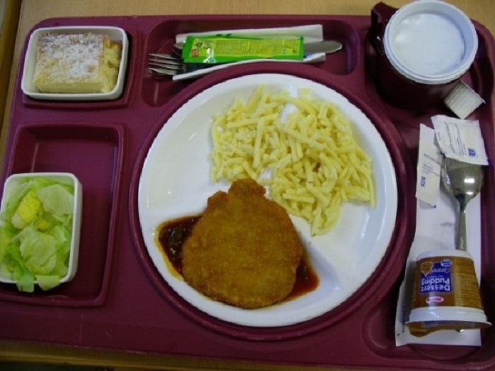 Шницель, клецки с лапшой, салат и торт. На второй десерт – пудинг.