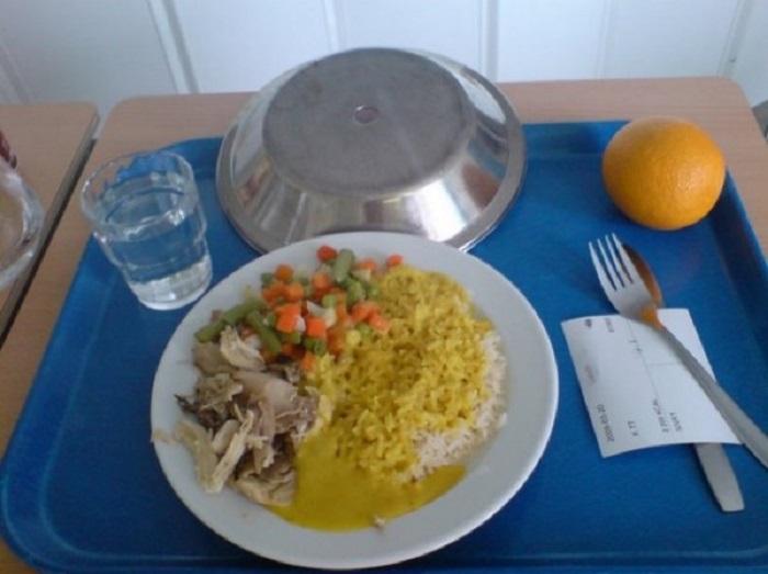 Куриный карри, рис, овощи и апельсин.