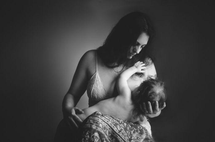 Женщина кормит грудью своего малыша.
