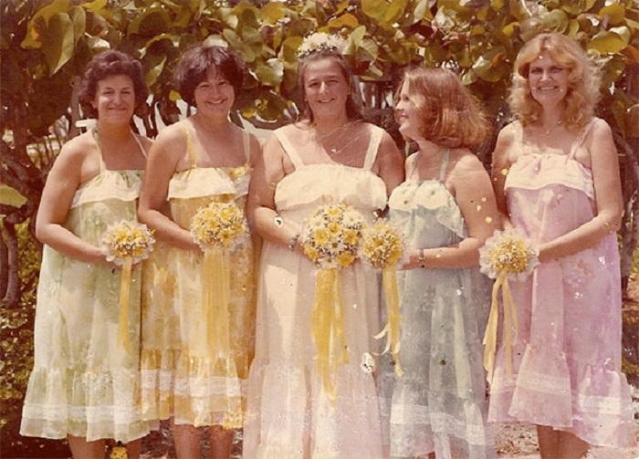 Обычные летние сарафанчики стали нарядами на свадьбу.