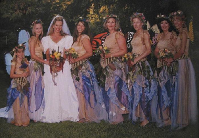 Свой образ девушки дополнили крыльями бабочек.