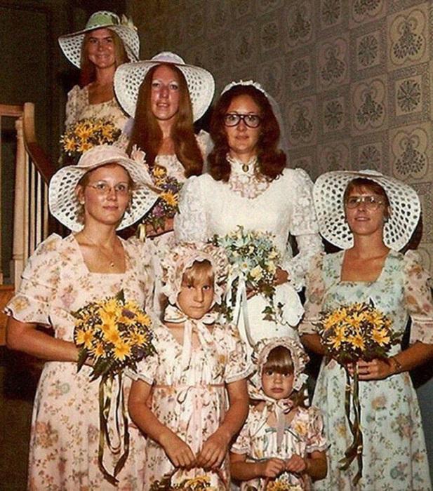 Наляпистые наряды затмили невесту.