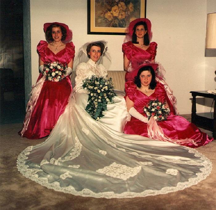 Невеста в окружении свидетельниц.