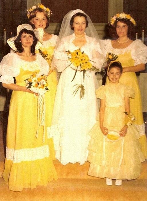 Девушки очень ярко оделись на свадьбу.