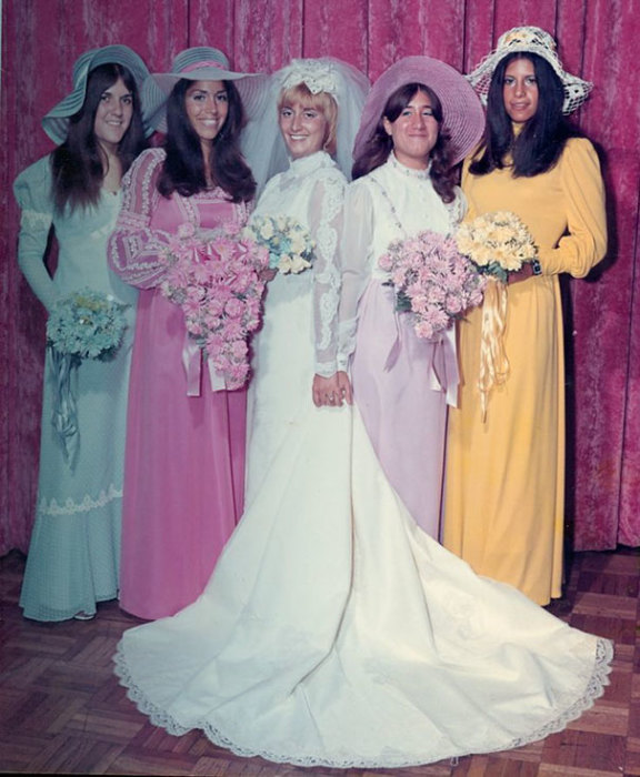 Улыбчивая невеста и её девчёнки.