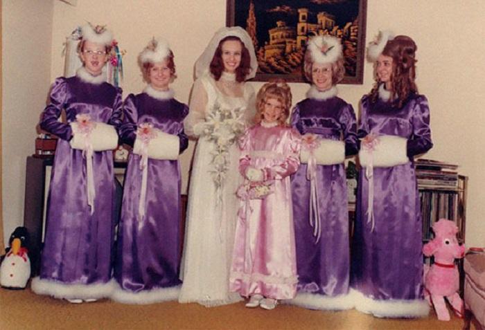 Снегурочки в фиолетовых нарядах.