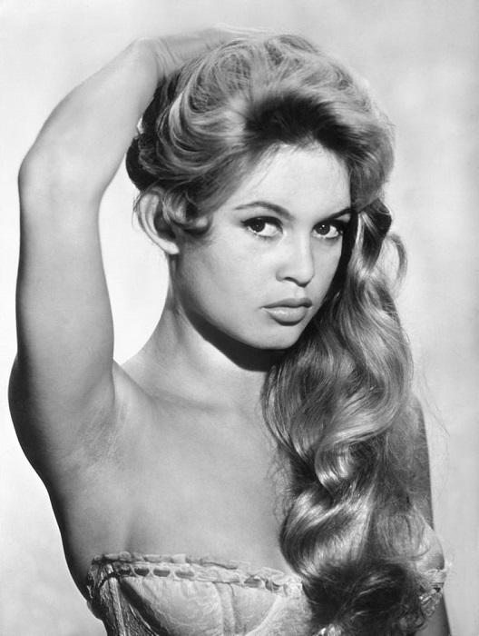 Прекрасная французская актриса снялась в нашумевшем фильме«И Бог создал женщину», который вышел на экраны в 1956 году и сделал Брижит популярной.