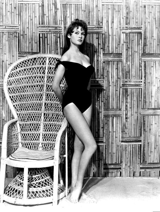 Киноактриса Брижит Бардо в купальнике позирует фотографу во время студийной съемки в 1956 году.