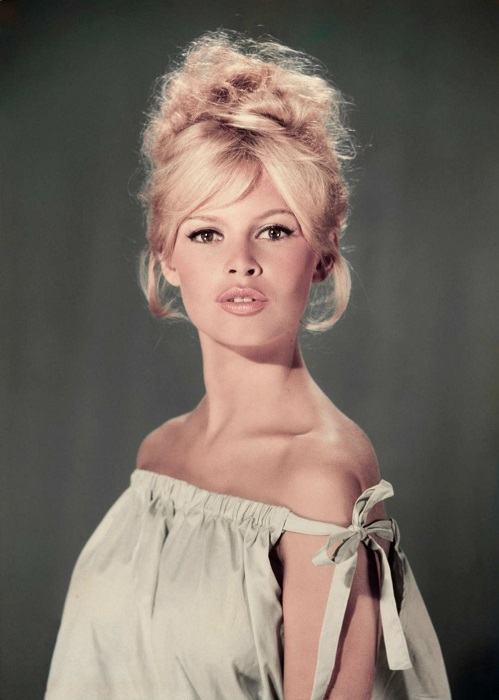К идеальной фигуре французской актрисы подходил практически любой наряд, а ее стилю старались подражать практически все женщины того времени.