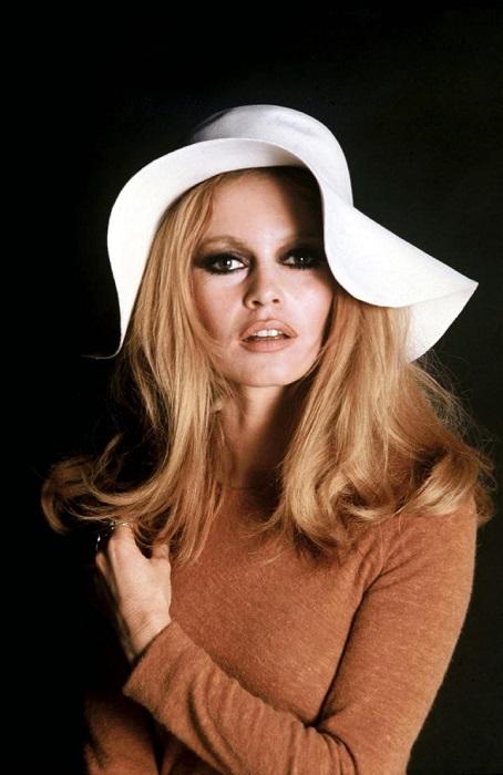 Брижит Бардо ввела новую моду на шляпки, сделав их популярным аксессуаром, прическу «бабетта» и макияж «smoky eyes».